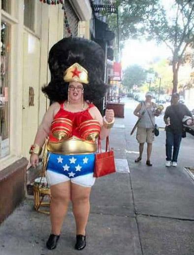 Eine Frau in einem absolut scheußlichen Outfit.