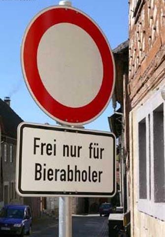 """Eine Einfahrt-verboten-Schild, darunter steht """"Frei nur für Bierabholer""""."""