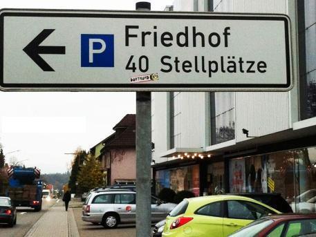"""Auf einem Schild ist der Parkplatz """"Friedhof"""" mit 40 Stellplätzen ausgewiesen."""