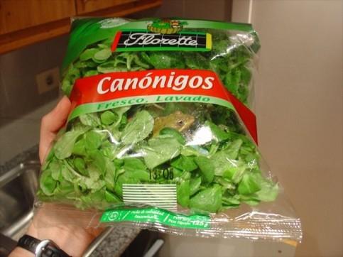 Eine Tüte Salat, in der ein Frosch eingeschlossen ist.