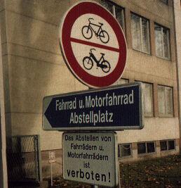 Drei Schilder für Fahrradfahrer: Abstellen verboten, Durchfahrt verboten, zum Parkplatz.
