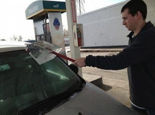 Ein Mann will im Winter die Windschutzscheibe seines Autos an einer Tankstelle waschen. Leider ist das Wasser des Wischers gefroren. Also putzt er seine Scheibe mit einem Eisblock.