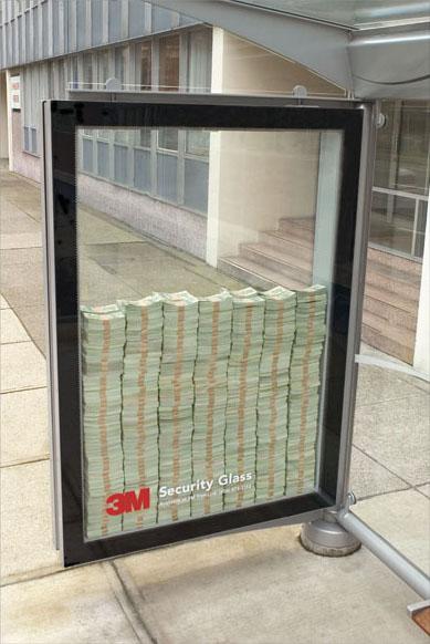 Geldscheine als Werbung hinter Sicherheitsglas.