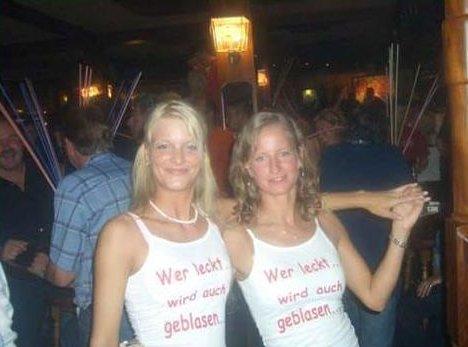 """Zwei Frauen mit T-Shirts: """"Wer leckt, wird auch geblasen"""""""