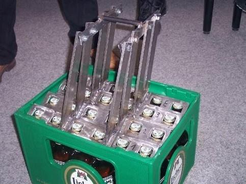 Ein Werkzeug Flaschenöffner, um eine komplette Kiste Bier auf einmal zu öffnen.