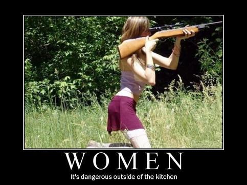 Eine Frau kniet mit einem Gewehr, sie hält es völlig falsch.