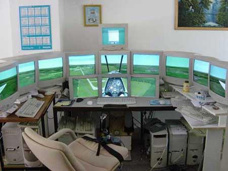 Ein Flugsimulator mit vielen PC-Monitoren.
