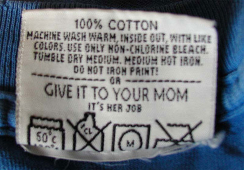 "Ein Schild in einem Kleidungsstück. Anleitung: ""Give it to your Mom. It's her job""."