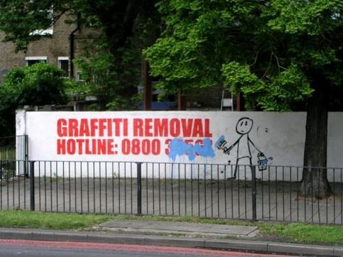 Eine Werbung für Graffiti Removal, die übermalt wurde.