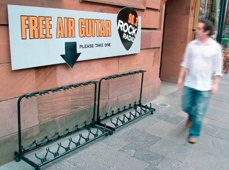 Auf einem Schilden werden kostenlose Luft-Gitarren beworben. Jeder kann eine mitnehmen!
