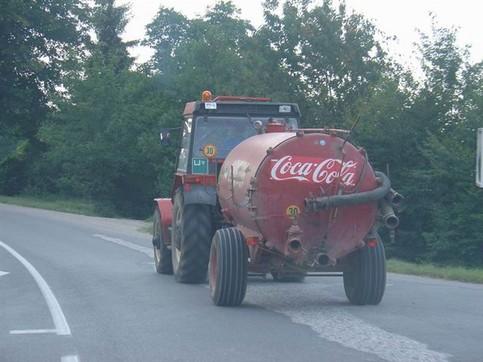 Ein Gülle-Transporter ist mit dem Logo eines Brause-Konzerns beschriftet.