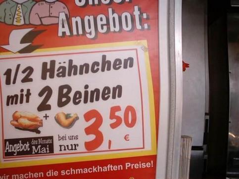 """Eine Werbung für """"1/2 Hähnchen mit 2 Beinen""""."""