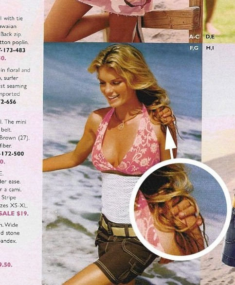Bei einem Foto in einem Katalog ist auf der Schulter des Models die Hand eines Mannes zu sehen. Dieser ist auf dem Foto aber wegretuschiert worden.