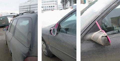 Ein Autospiegel ist durch einen Handspiegel ersetzt worden.