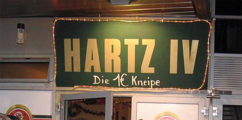 """Ein Schild einer Kneipe: """"Hartz IV - Die 1 Euro Kneipe""""."""