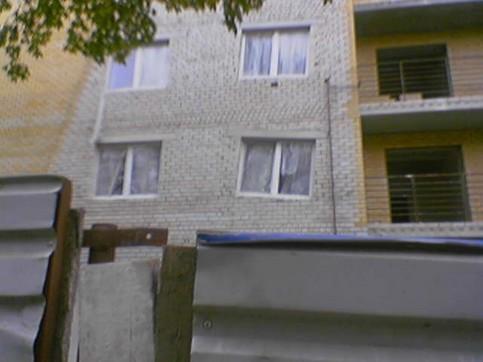 Ein Haus, dessen Fenster krumm und schief eingebaut sind.