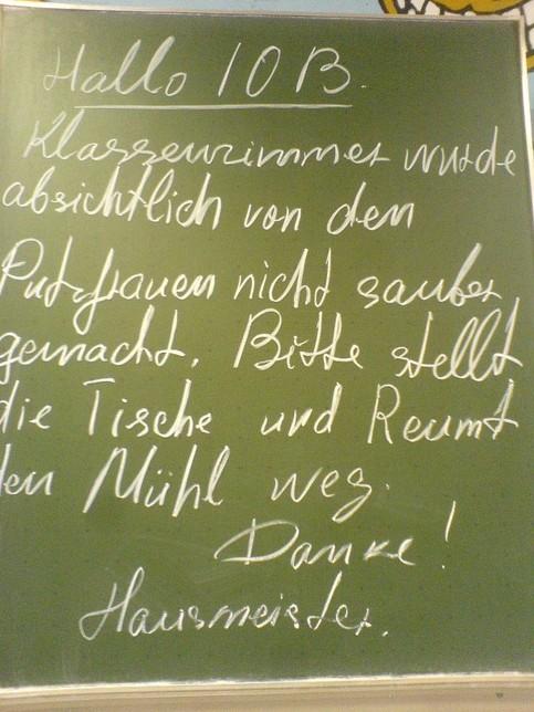"""Ein Hausmeister hat an die Tafel geschrieben: """"... reumt den Mühl weg...""""."""