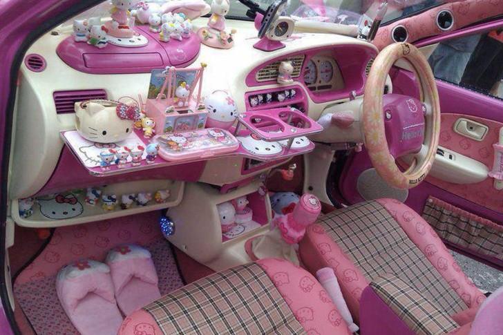 """Der Innenraum eines Autos ist komplett mit """"Hello Kitty"""" dekoriert."""