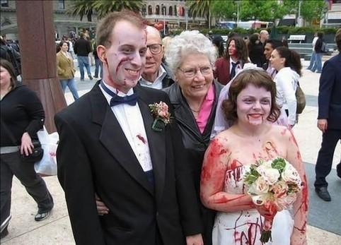 Ein ungewöhnliches Hochzeitspaar ist mit Kunstblut vollgeschmiert.