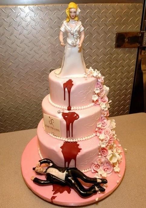 Eine Hochzeitstorte, auf der die Braut den Bräutigam ermordert hat.