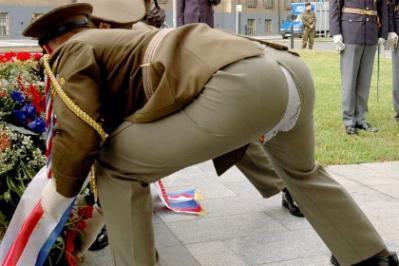 Ein Soldat reisst sich beim Bücken die Hose ein.