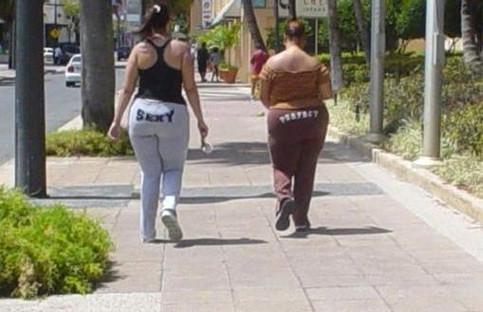 """Zwei dicke Mädels tragen Hosen mit der Aufschrift """"Sexy"""" und """"Perfect"""""""