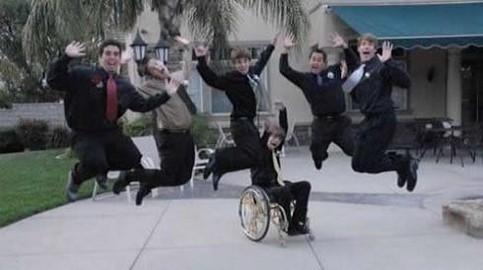 Jugendliche hüpfen in die Höhe, nur einer in einen Rollstuhl nicht.