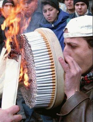 Ein Mann raucht hunderte Zigaretten auf einmal.