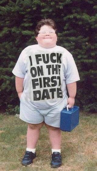 """Ein dicker Junge trägt ein T-Shirt mit dem Aufdruck """"I FUCK ON THE FIRST DATE""""."""