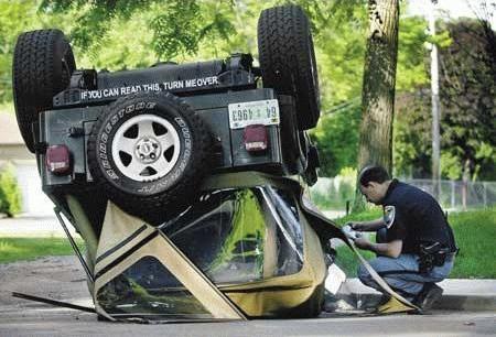 Ein umgekippter Geländewagen.