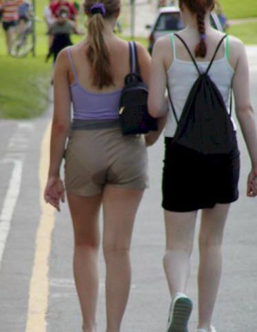 Eine Frau hat sich scheinbar in die Hose gemacht.