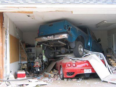 Ein Jeep hat einen Sportwagen in einer Garage zermalmt.