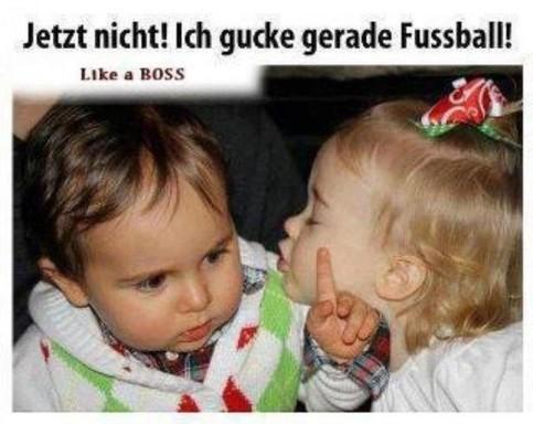 """Ein Mädchen will einen Jungen küssen. Er drückt sie fort, dazu der Bildtext: """"Jetzt nicht! Ich gucke gerade Fussball!"""""""