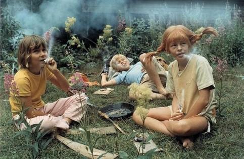Bekannte Kinder aus einem Film qualmen und rauchen.