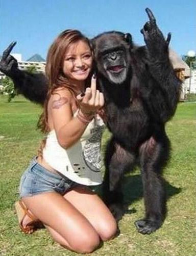 Ein junge Frau zeigt zusammen mit einem Affen den Stinkefinger.