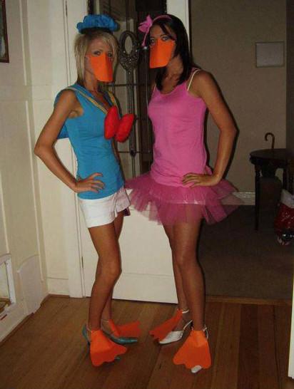 Zwei junge Frauen haben sich als Donald Duck und als Daisy Duck verkleidet.