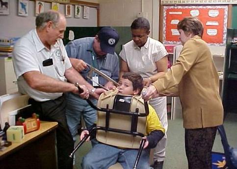 Ein Schüler hat seinen Kopf in der Lehne eines Stuhls eingeklemmt und muss nun mit einer Säge befreit werden.