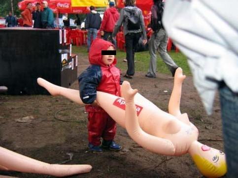 Ein Kind hält eine Gummipuppe zwischen