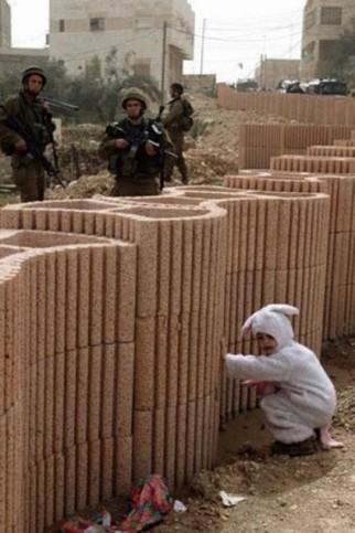 Ein Kind im Hasenkostüm versteckt sich vor Soldaten