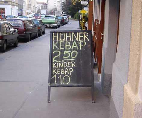 """Eine Dönerbude bietet neben """"Hühner Kebap"""" auch """"Kinder Kebap"""" an."""