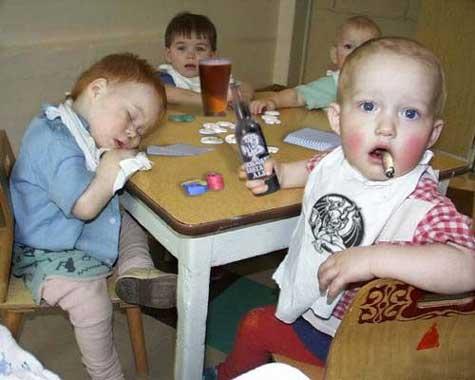 Fotomontage mit Kleinkindern mit Bier und Zigaretten