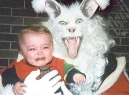 Ein Kind weint auf dem Schoß eines Monsters.