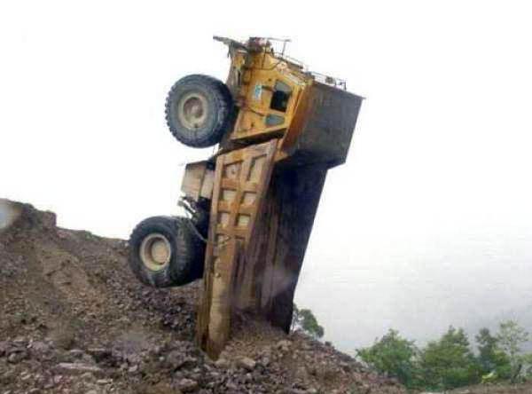 Ein Laster ist auf einem Geröllhaufen so umgekippt, dass er senkrecht nach oben gerichtet steht.