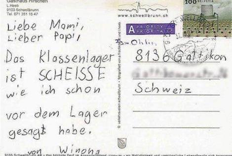Eine Postkarte eines Kindes an Mami und Papi auf der steht, dass die Klassenfahrt scheiße ist.