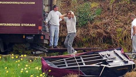 Ein Klavier fällt beim Transport vom Transporter.