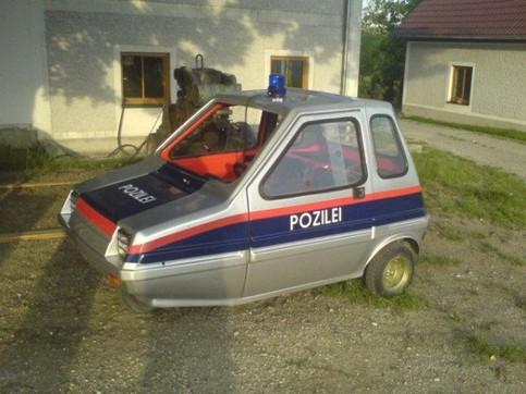 """Ein kleines Auto, das mit """"Pozilei"""" beschriftet ist."""