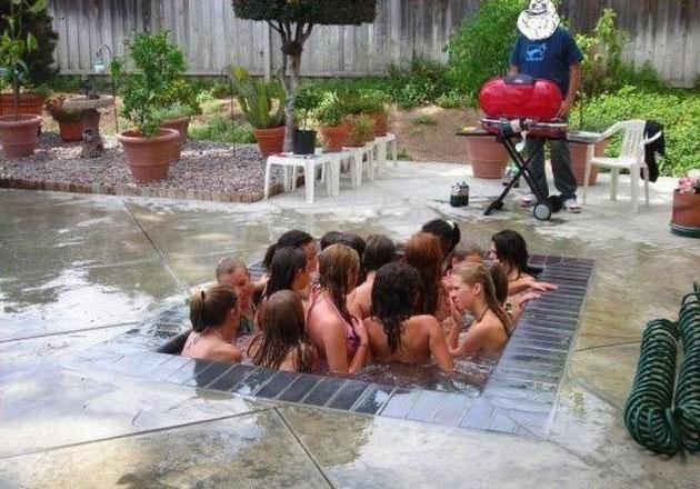 In einem sehr kleinen Pool befinden sich mehr als 15 Frauen.