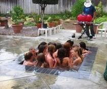 Eng im Pool