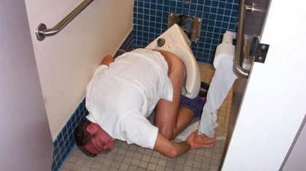 Ein Mann ist auf der Toilette eingeschlafen. Das Klo ist dabei abgerissen und mitsamt Benutzer auf den gefliesten Boden gestürzt.