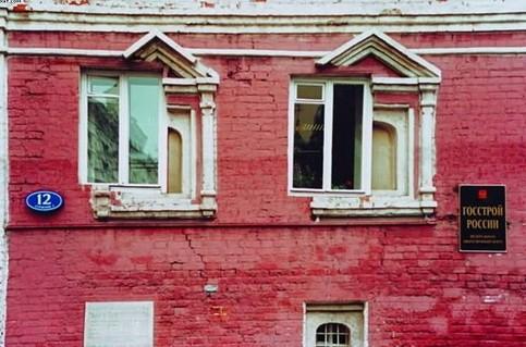 Ein Haus in Russland, in dem die Fenster an unpassenden Stellen eingebaut sind.